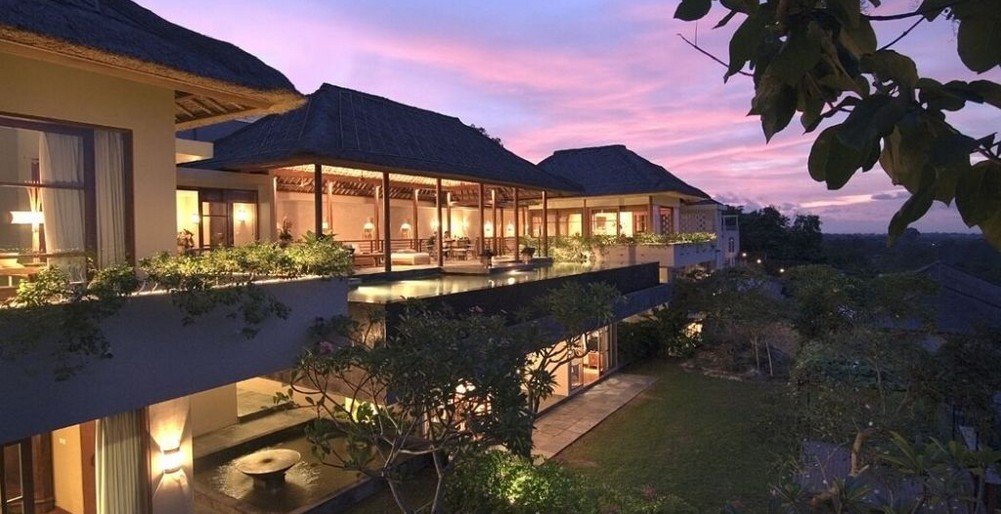 The Longhouse Villa - Villa at Night
